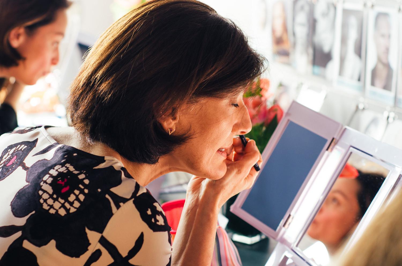 Femme au miroir se maquillant.